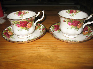 "2 Royal Albert ""Old Country Rose"" cups/saucers"
