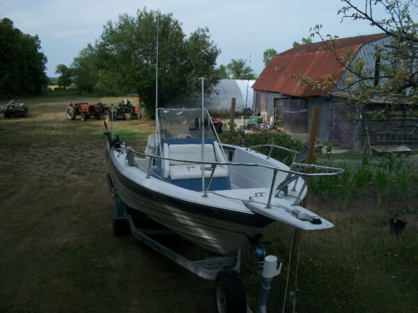 1990 Bayliner Trophy centre console walkaround fishing boat 19'