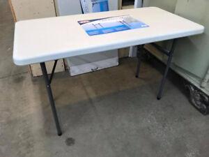 table en plastique avec patte pliante NEUVE