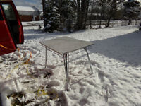 selling a small old table and 2 chaires