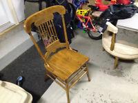 8 chaises en bois pour la salle à dîner