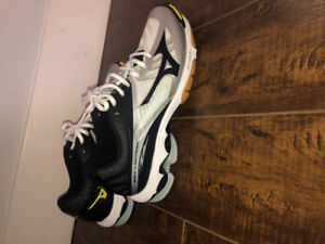 NEVER WORN Mizuno volley ball shoes size 9 women's