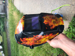 Welding mask with automatic blackout