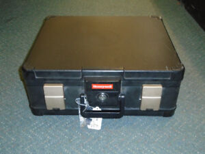 HONEYWELL FIRE PROOF PERSONAL SAFE