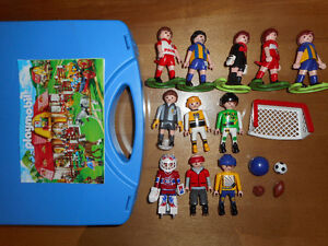 Lot 11 PLAYMOBIL soccer , hockey avec valise