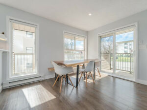 Bright 2 Bedroom Condo in Fairfield (Cook St. Village)