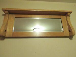 Vieux miroir avec cadre en bois et tablette