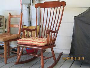 chaise bercante,$80.   autre  fauteuil orange  $50. Saguenay Saguenay-Lac-Saint-Jean image 2