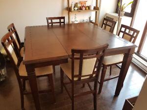 Table haute 8 places + 8 chaises. Peuvent être vendus séparément