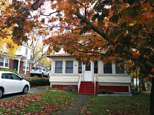 Two Mintes Walk to the Falls Home in Niagara Falls for Rent