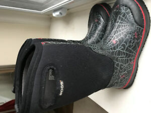 Boys - BOGS boots- like new-size 4