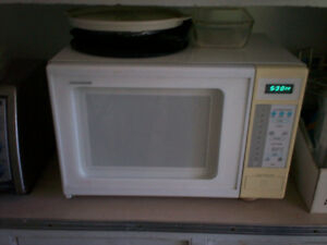 four a micro-ondes blanc