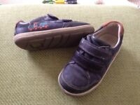 Clarks shoes 7f in navy with train