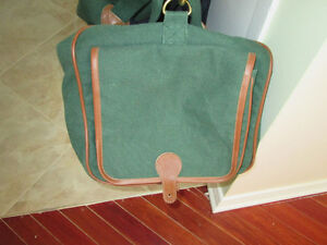 LARGE GREEN AND DARK BLUE BAG WITH LEATHER HANDLES LIKE NEW COND West Island Greater Montréal image 4