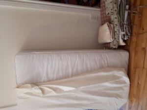 Crib mattress and bedding and protective sheeting / matelas bébé