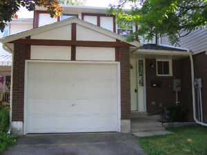 Spacious 3Bdrm 1½ bath Cambridge Townhouse.Free Hold.2min to 401