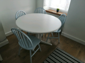Expandable round table and chairs