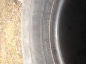 Tire d'été usagée à vendre