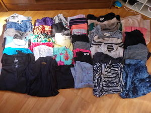 Bag of womens clothing (mostly tops) 40 items!