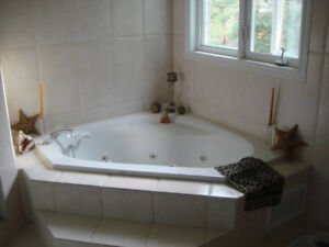 JACUZZI TUB CORNER *WITH FAUCETS,WHITE COLOR ,PERFECT CONDITION