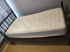 ANTIQUE JENNY LIND WOODEN SPINDLE AND SPOOL BED WITH MATTRESS