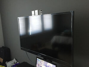 """39"""" Insignia TV, TV stand and Blu Ray player"""