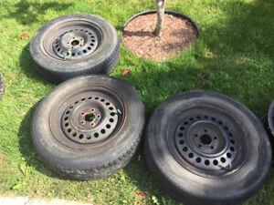 3 pneus d'été (une saison restante) sur rims 15 pouces