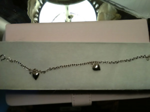 STERLING SILVER BRACELET WITH HEARTS.