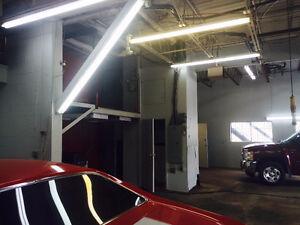 GARAGE commercial, 3 portes, bureau à l'étage.