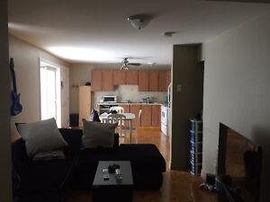 Grand 4 1/2 avec un salon double au 2 ième étage