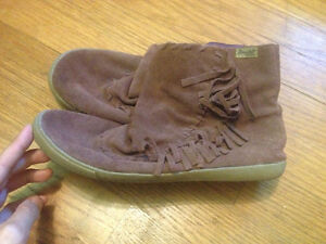 Blowfish little moccasin booties size 8.5