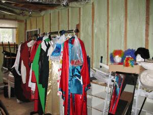 Plusieurs costumes Halloween pour adultes et enfants