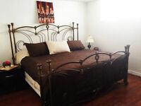 Une chambre spacieuse, meublée dans un grand 4 1/2