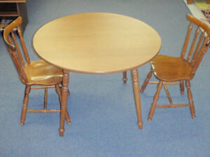 Table avec 2 Chaises / Table and 2 Chairs.