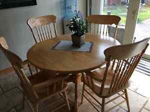 Solid oak pedastal table and 4 chairs London Ontario image 2