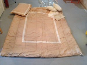 8 piece Comforter set - Twin size - barely used / like new
