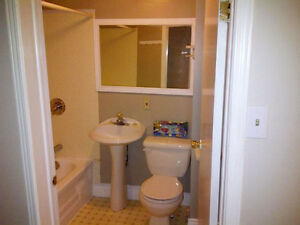2 Rooms left-Wharncliffe/Oxford - Male students/work term London Ontario image 9