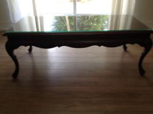 table en bois avec vitre dessus