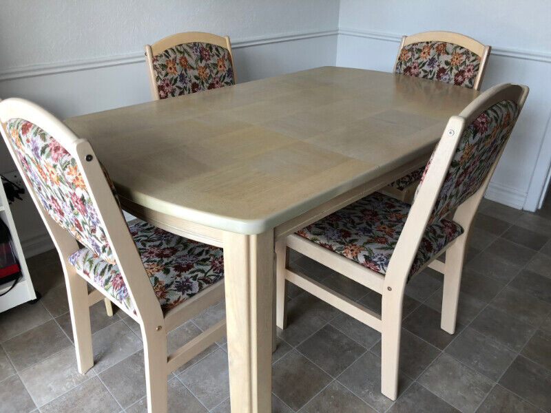 Dining Room or Kitchen Table with 4 padded Chairs   Solid ...