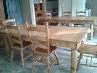 Une table et 4 chaises