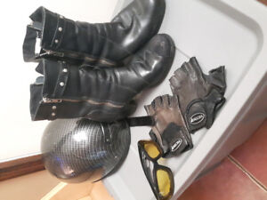 Manteau de moto et casque et botte et gant et lunette pur femme