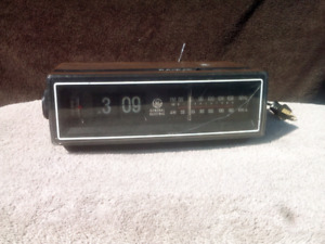 Vintage general electric flip clock . alarm clock radio WORKS
