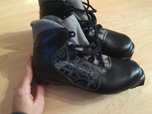 Never worn atomic x-country ski boots