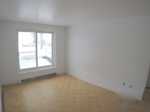 4 1/2 , 2 chambres a coucher, LONGUEUIL. Stationnement