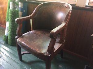 Chaise antique à vendre! Pas chère!