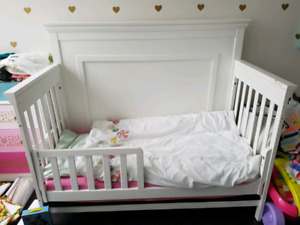 Convertible Crib and Mattress - Free delivery in GTA