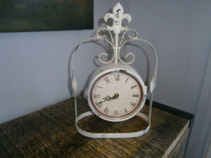 HORLOGE DE TABLE DOUBLE FACES PIVOTANTE EN MÉTAL
