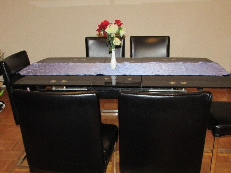 Beautiful 7 Piece Dining Table Set In Excellent Condition
