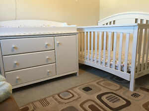 Convertible crib/toddler bed w/change table dresser