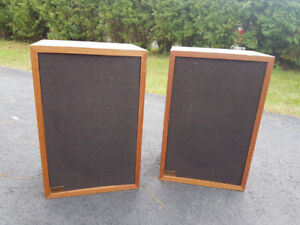 Realistic MC-1000 Bookshelf Speakers - Walnut veneer